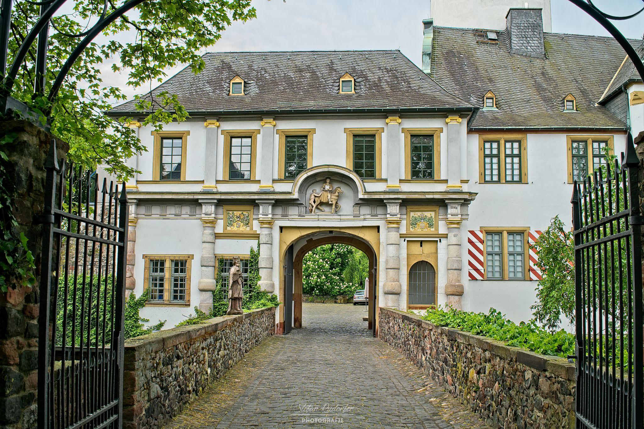 Eingang zum Schloss in Höchst