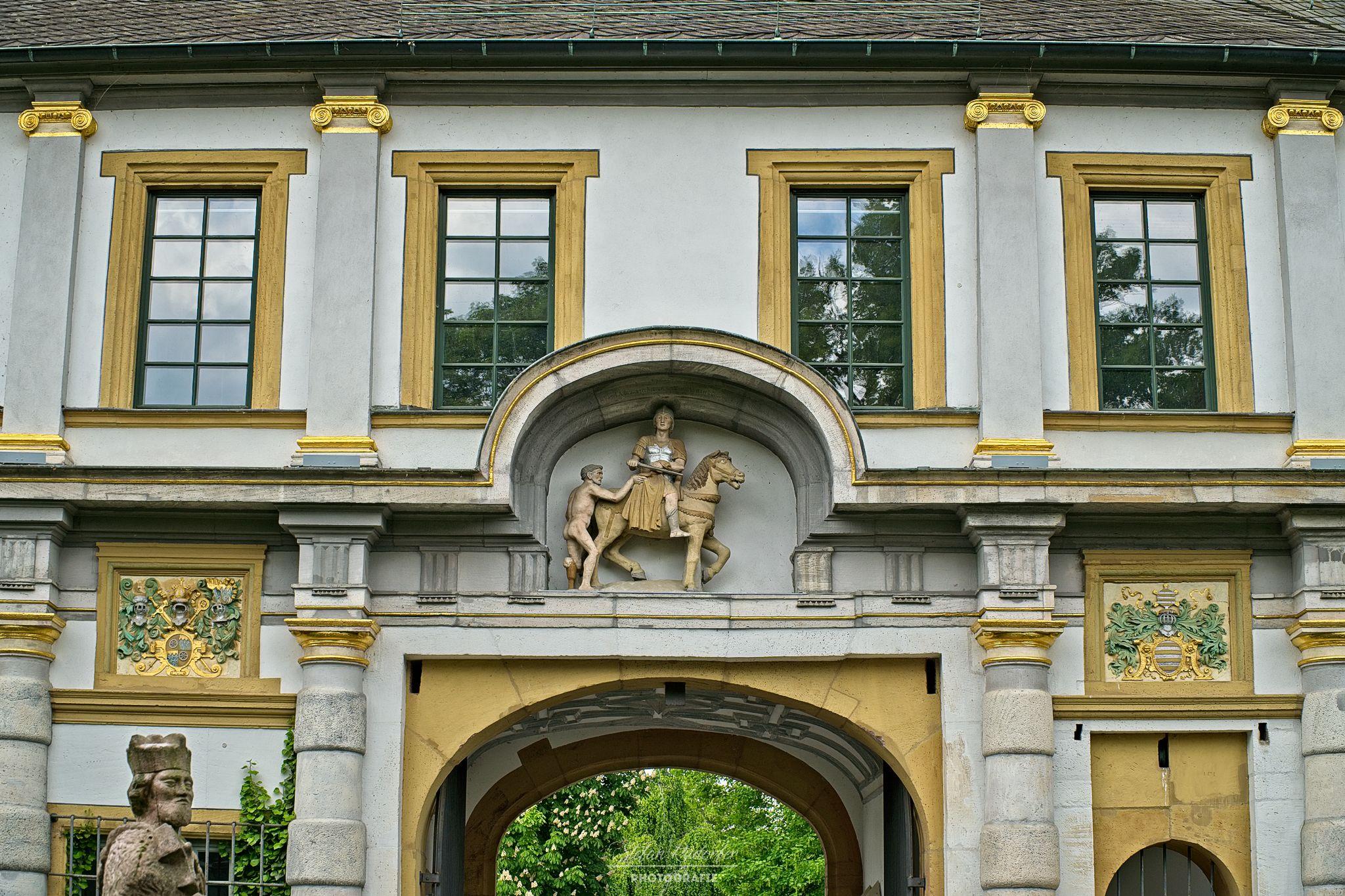 Eingangsportal am Schloss