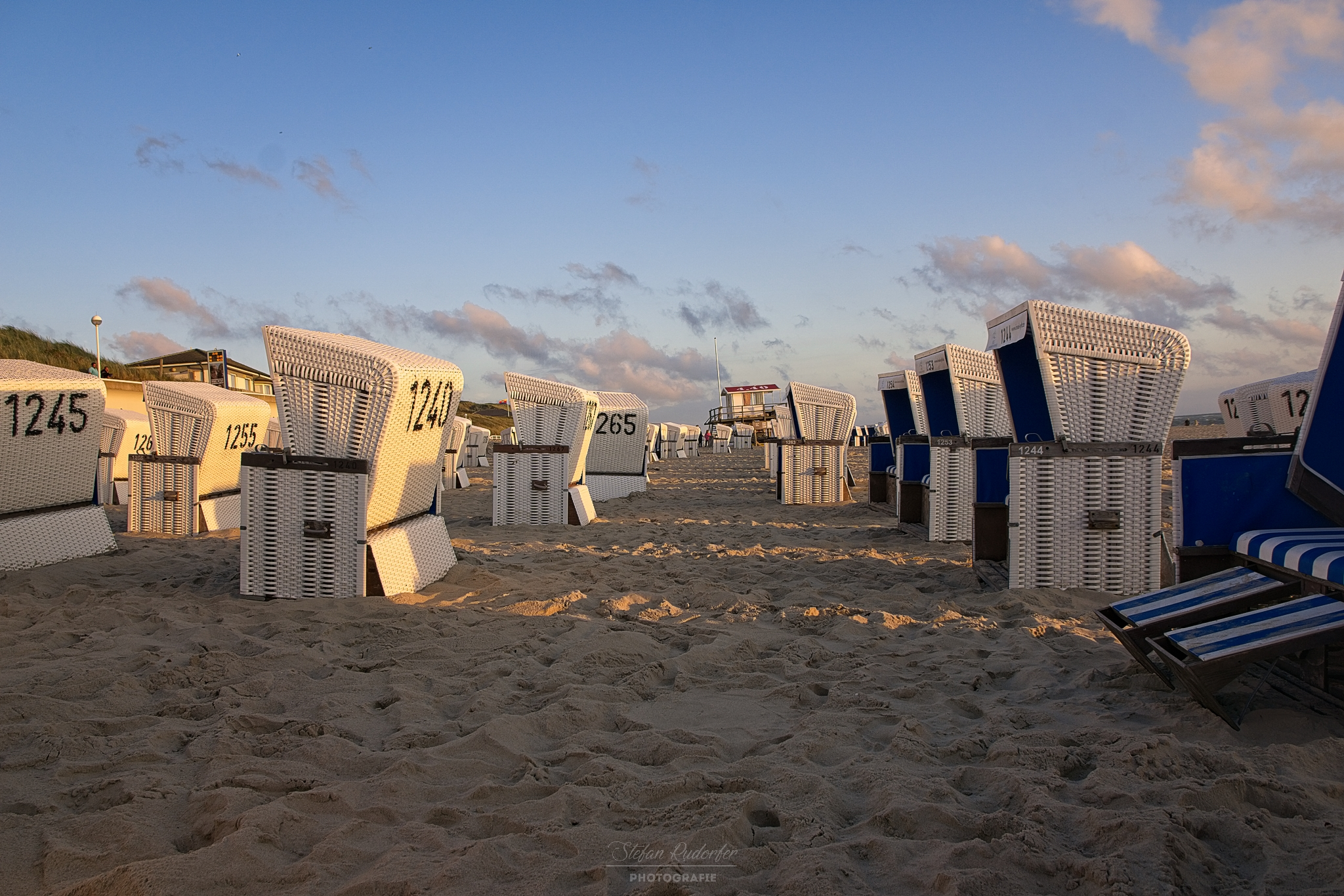 Strandkörbe im Sonnenlicht