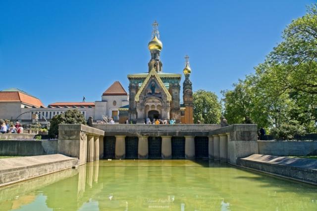Kirche mit Brunnen