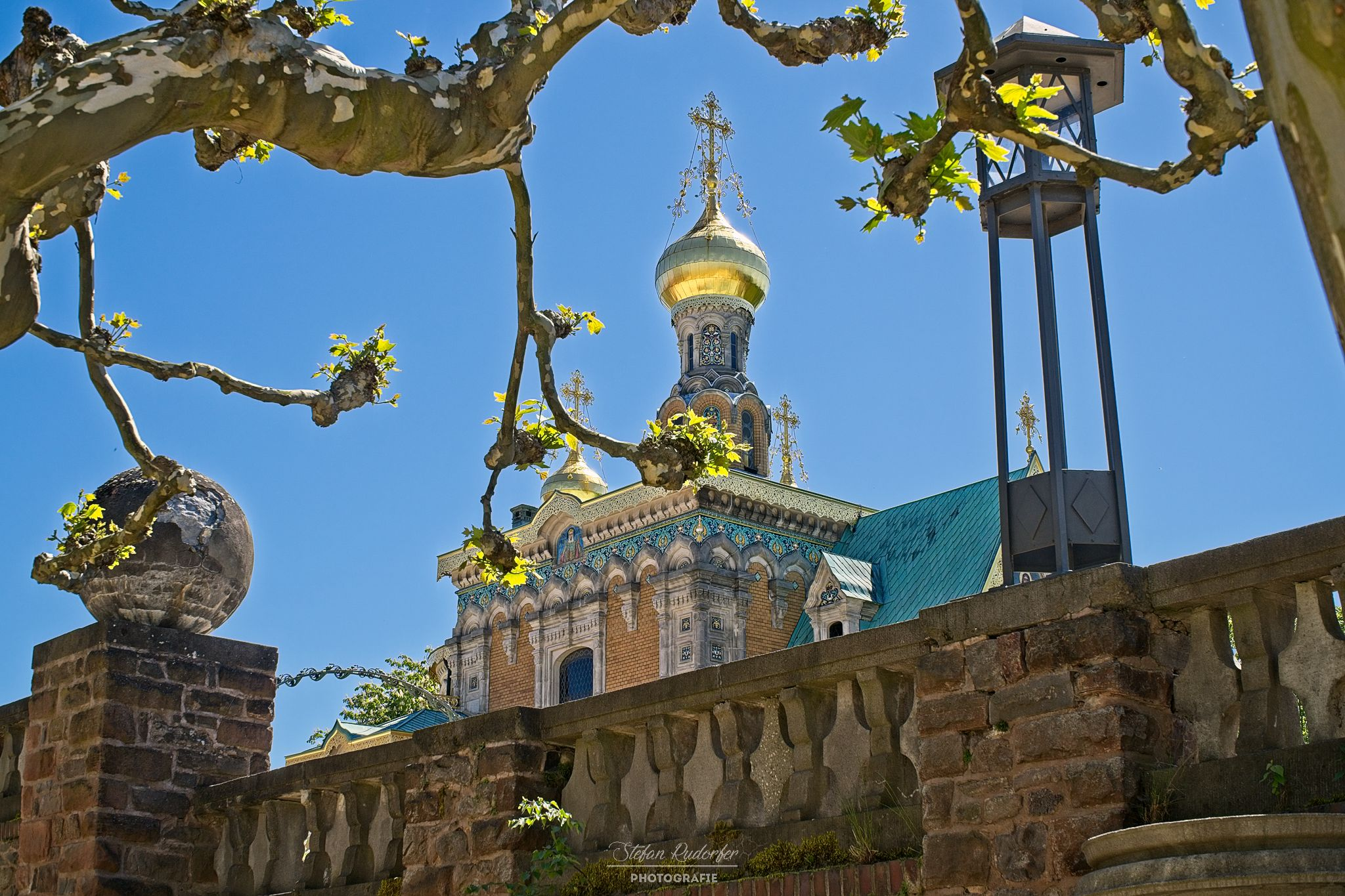 Goldener Turm mit Kreuz