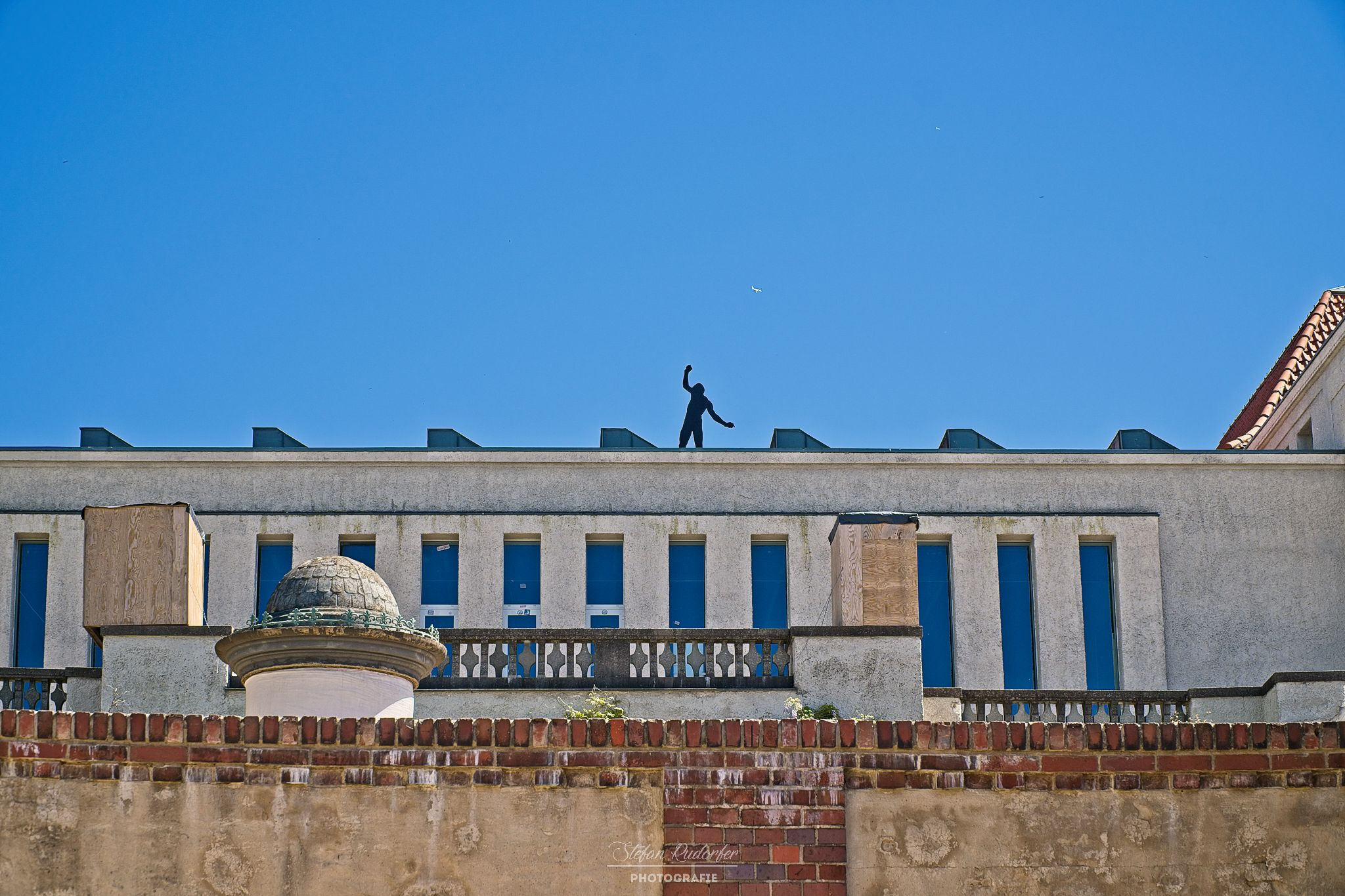 Figur auf dem Dach