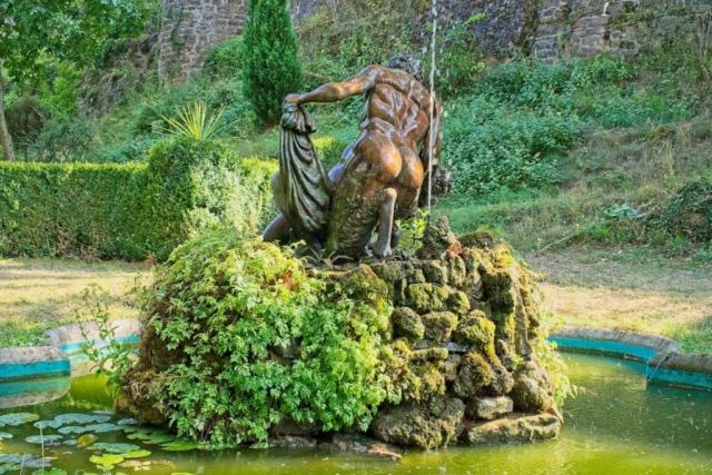 Brunnen mit Skulptur