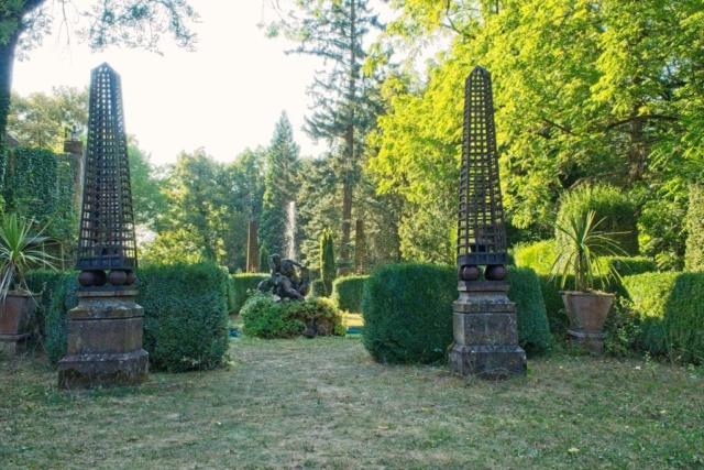 Burgpark mit Brunnen