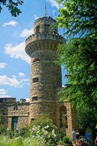 Mauerturm im Park