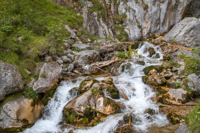 Wasserlauf mit Felsen
