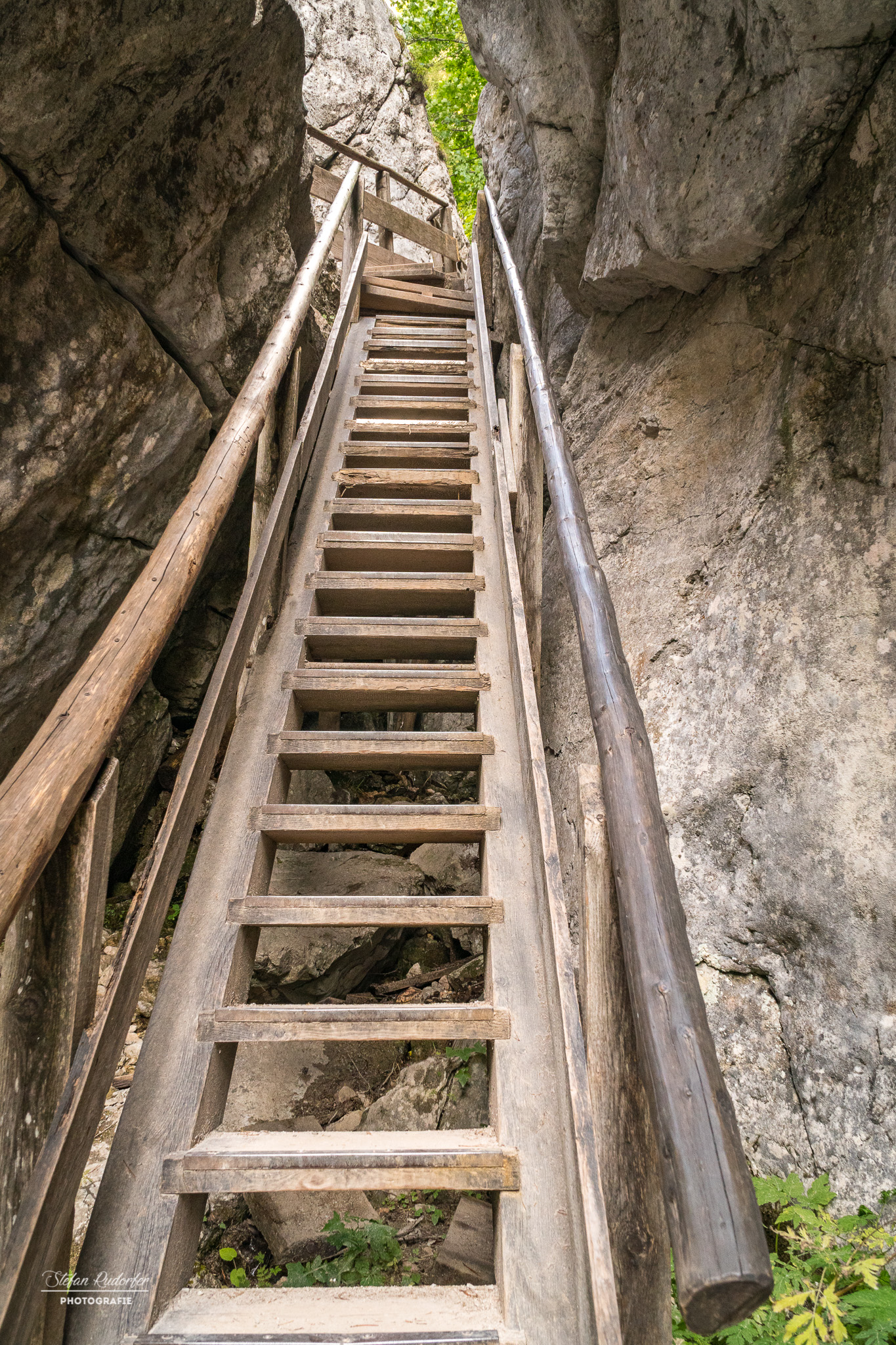 steile Holztreppe
