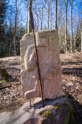 Sandsteinskulptur auf dem historischen Wanderweg
